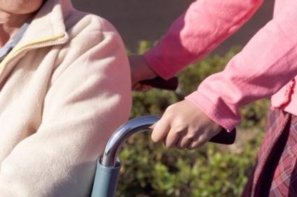 車いすを押す風景