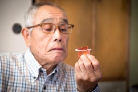 ゼリーを食べるお年寄り
