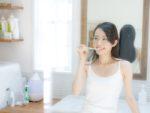 歯磨き中の女性